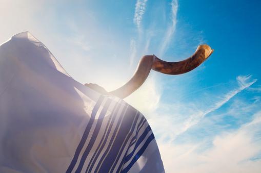 Jewish man blowing the Shofar in Yom Kippur 543477784