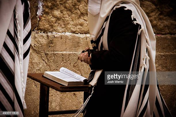 jewish man praying at the wailing wall - jewish prayer shawl ストックフォトと画像
