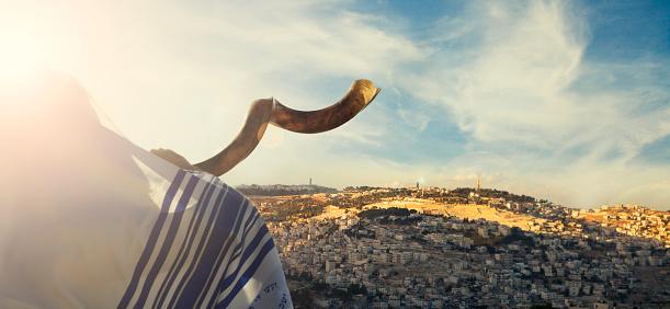 Jewish man with SHOFAR in jerusalem 841438500
