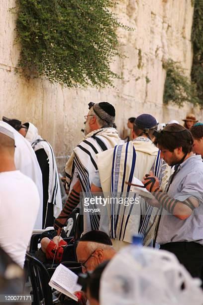 jewish people praying at the wailing wall, jerusalem - wailing wall stock pictures, royalty-free photos & images