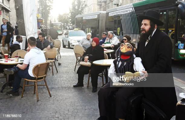 a jewish rabbi being a funny street performer. - comedian stock pictures, royalty-free photos & images