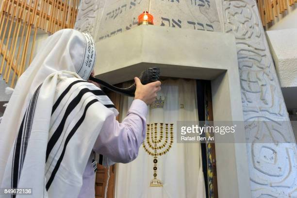 jewish rabbi blows shofar in a synagogue - jewish prayer shawl ストックフォトと画像