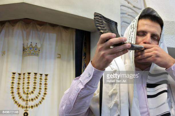 jewish rabbi blows shofar in a synagogue - rafael ben ari fotografías e imágenes de stock