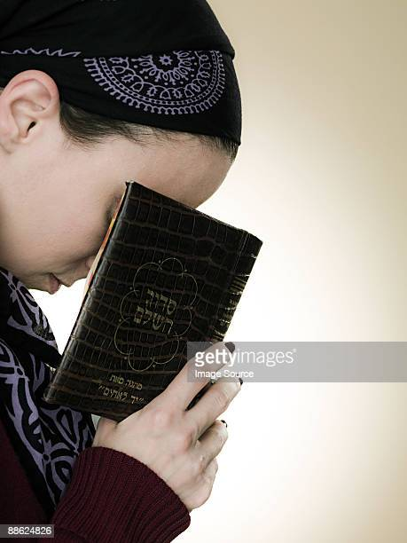A jewish woman praying