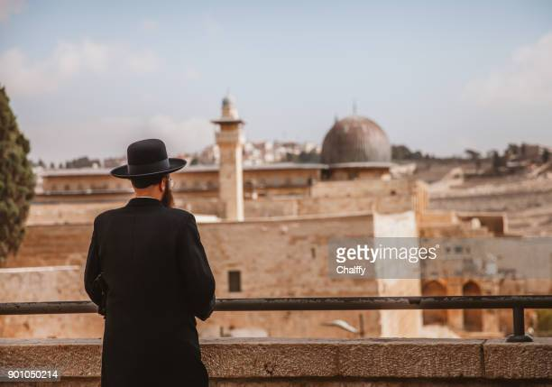 jews looking at the dome of rock in jerusalem - jerusalem imagens e fotografias de stock