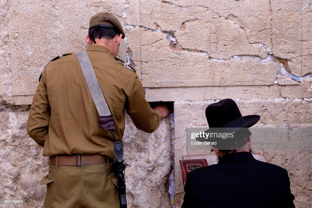 Jews praying at the Western Wall : Foto stock
