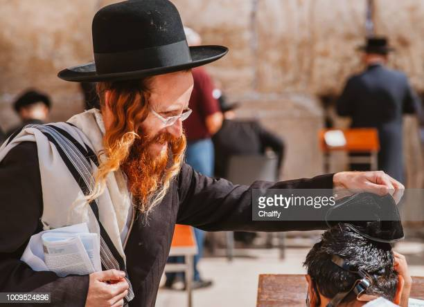 jews praying at western wall - old testament stock pictures, royalty-free photos & images