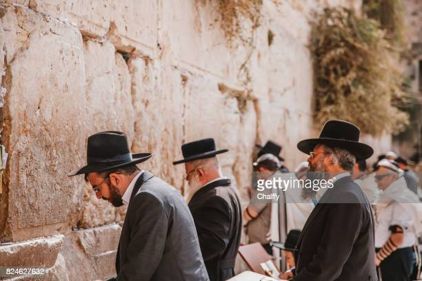 jews praying at western wall - jerusalem imagens e fotografias de stock