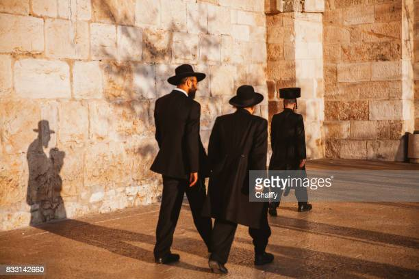 jews walking to jaffa gate in jerusalem - ultra orthodox judaism stock photos and pictures