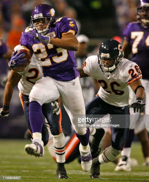 HOLT ¥ jgholt@startribunecom 1/1/2006 Vikings vs BearsVikings Michael Bennett pulls away from Bears cornerback Daven Holly on his way to a 61 yard...