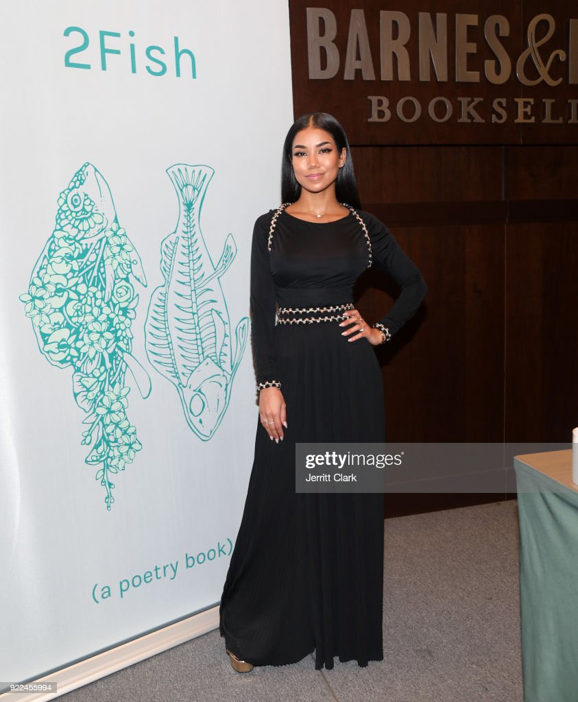 Jhene Aiko 2 Fish Poetry Book Signing at Barnes and Noble : Fotografía de noticias