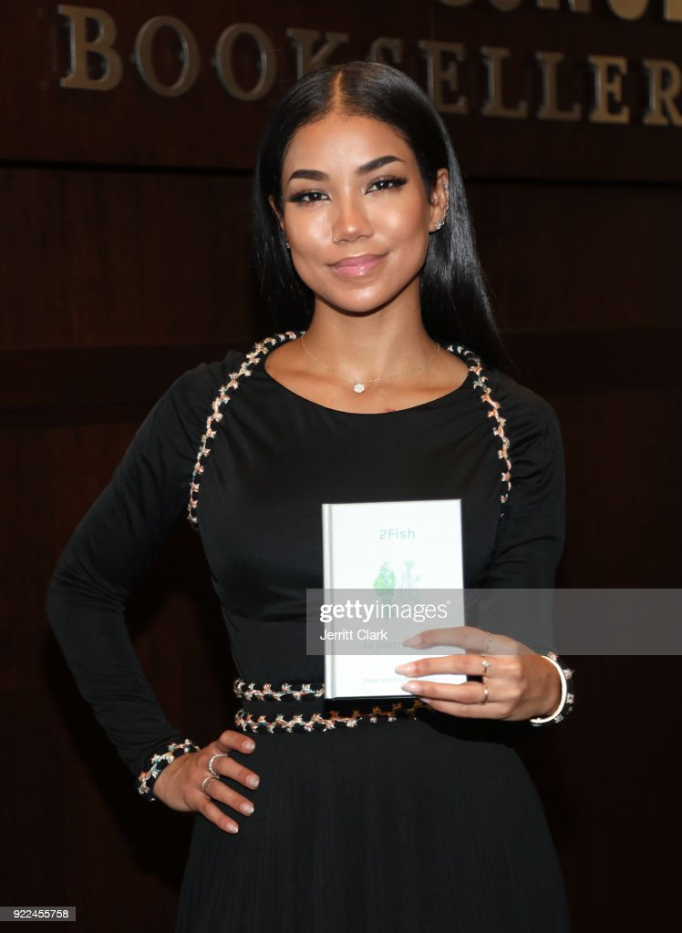 Jhene Aiko 2 Fish Poetry Book Signing at Barnes and Noble : Photo d'actualité
