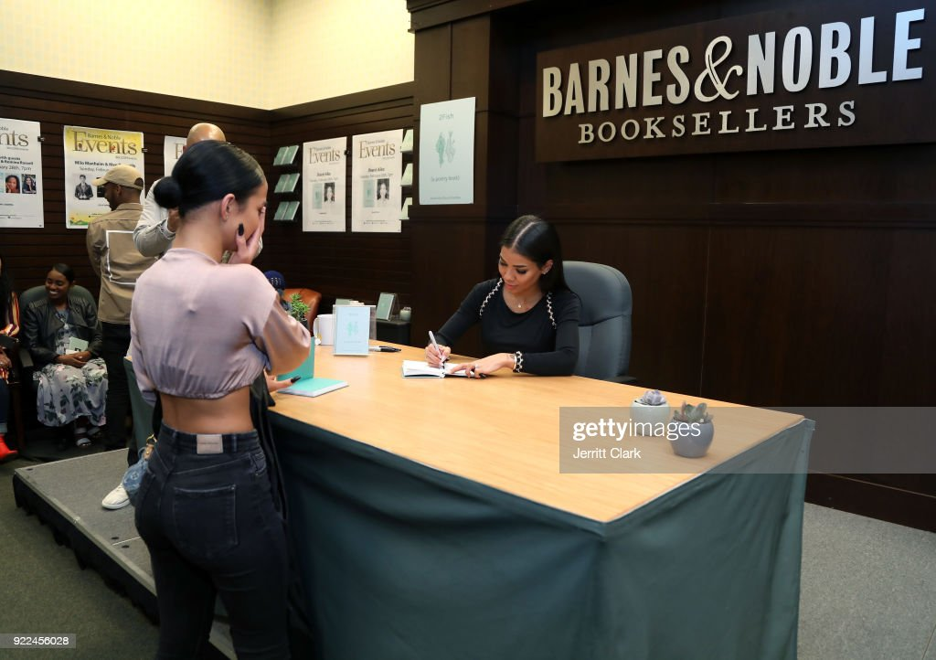 Jhene Aiko 2 Fish Poetry Book Signing at Barnes and Noble : Nachrichtenfoto