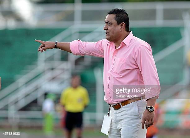 Jhon Jairo Lopez head coach of America gives directions to his players during a match between America de Cali and Llaneros FC as part of Torneo...