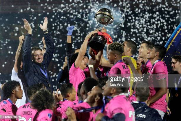 Jhon Sánchez of Independiente del Valle and teammates lift the trophy after winning the final of Copa CONMEBOL Sudamericana 2019 between Colon and...