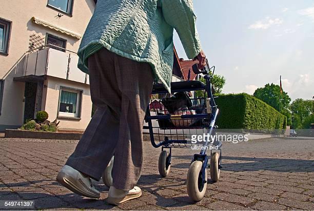 86 jährige Frau mit Rollator Salzkotten