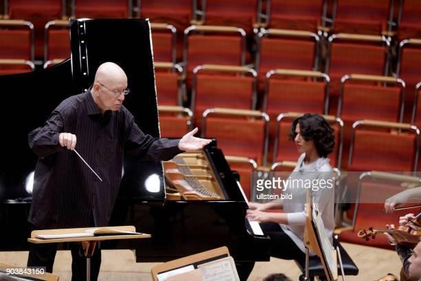Jií Blohlávek leitet die Tschechischen Philharmonie in Begleitung der georgischen Pianistin Khatia Buniatishvili Philharmonie Köln