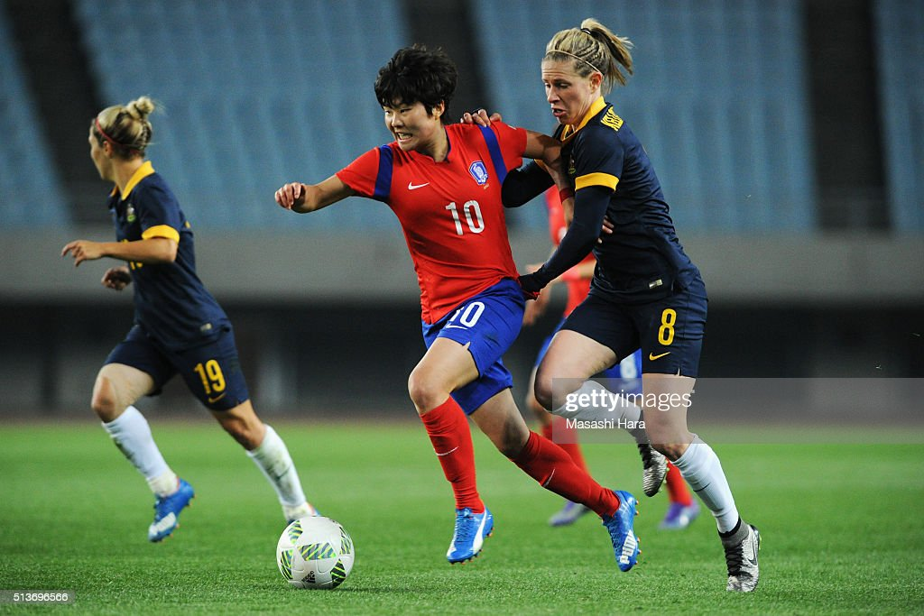 Ji So Yun of South Korea and Elise Kellond-Knight of Australia compete for the ball during the AFC Women's Olympic Final Qualification Round match between South Korea and Australia at Yanmar Stadium Nagai on March 4, 2016 in Osaka, Japan.