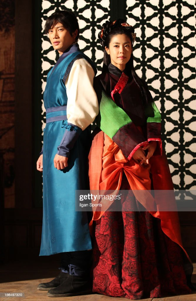 Ji Sung and Lee Yoon-Ji attend the SBS Drama 'The Great Seer' Press Conference at SBS Ilsan Production Center on November 16, 2012 in Goyang, South Korea.