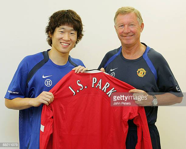 Ji Sung Park and Sir Alex Ferguson pose with a Manchester United Shirt after Manchester United finalised an agreement with PSV Eindhoven for the...