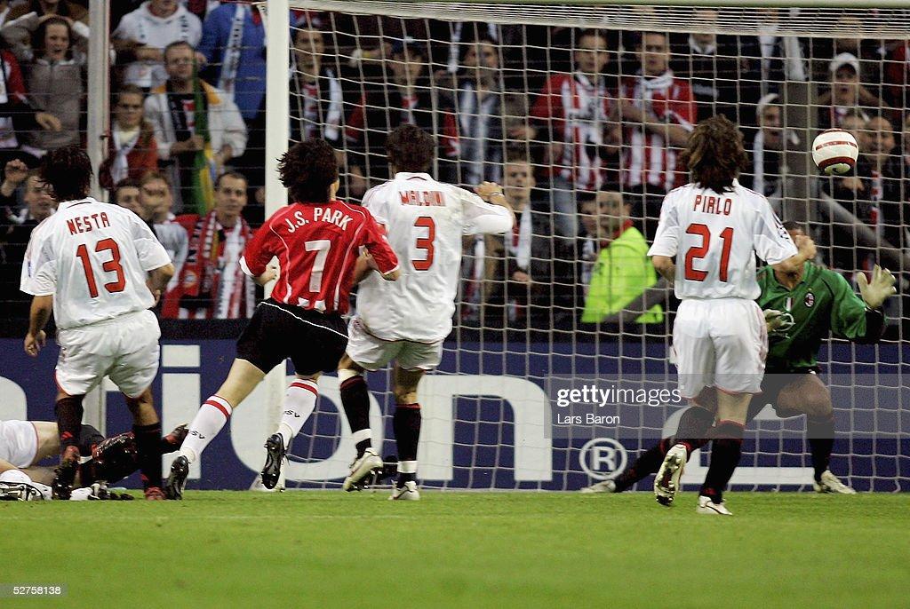 UEFA Champions League Semi Final: PSV Eindhoven v AC Milan : News Photo