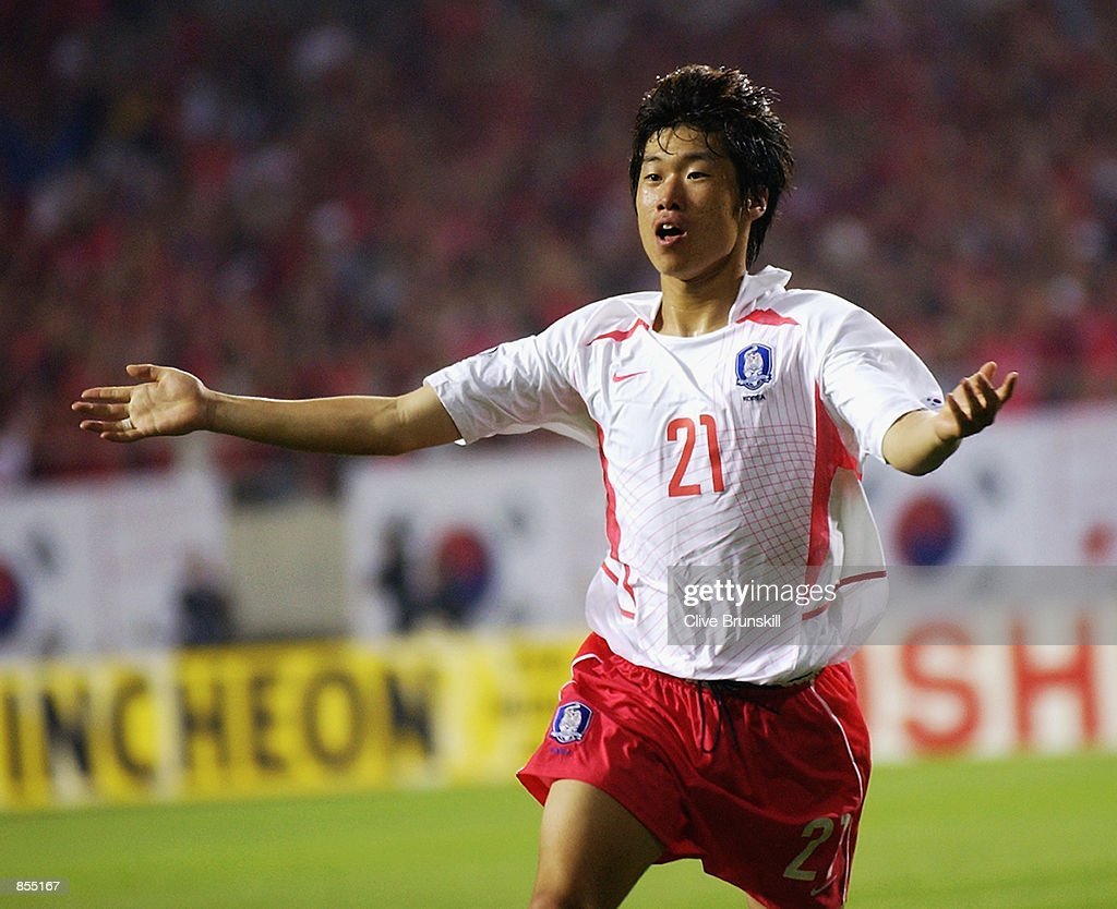 Ji Sung Park of South Korea celebrates scoring the winning goal : News Photo