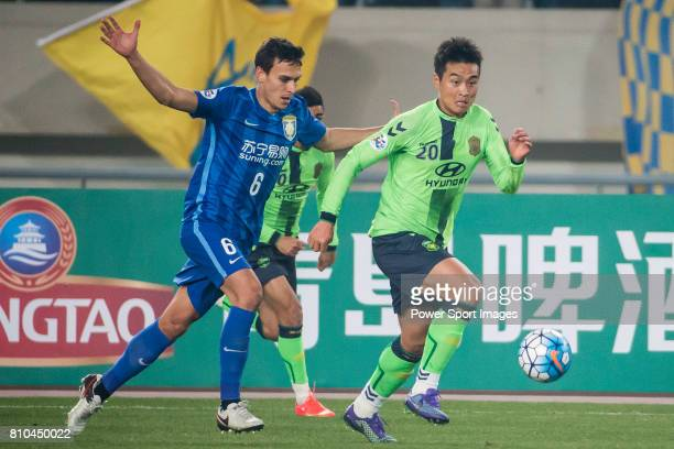 Jiangsu FC defender Trent Sainsbury fights for the ball with Jeonbuk Hyundai Motors forward Lee Dong Gook during the AFC Champions League 2016 -...