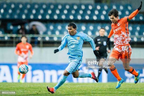 Jiangsu FC Forward Roger Beyker Martinez fights for the ball with Jeju United FC Defender Oh Bansuk during the AFC Champions League 2017 Group H...