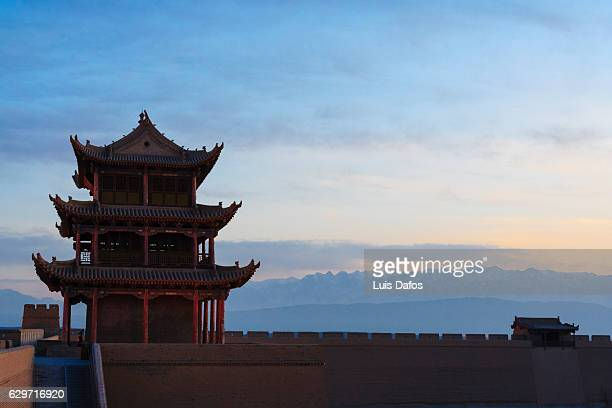 jiayuguan fort at dusk - cité de l'architecture et du patrimoine photos et images de collection