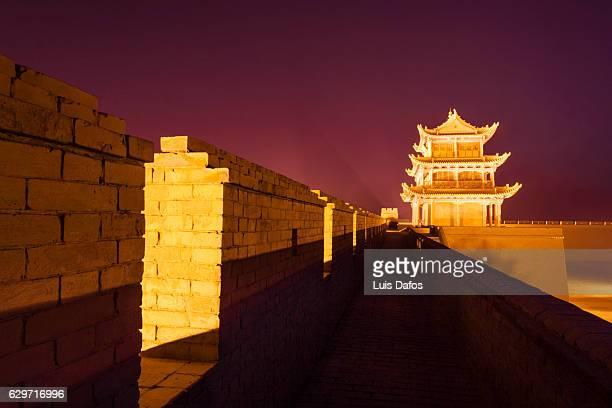jiayuguan fort at night - cité de l'architecture et du patrimoine photos et images de collection