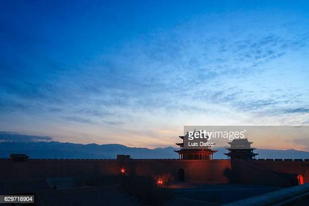 jiayuguan fort at twilight - cité de l'architecture et du patrimoine photos et images de collection