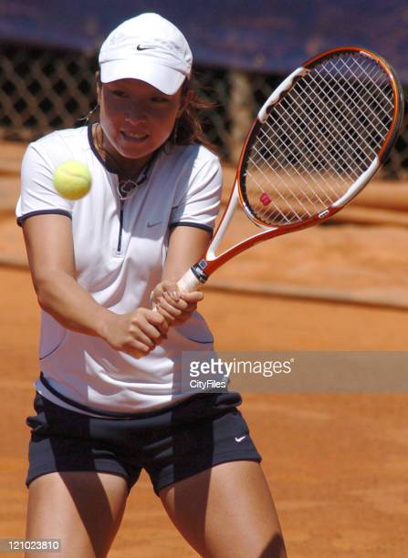 Jie Zheng in action against Pous Tio during their second round match in the 2006 Estoril Open in Estoril, Portugal on May 4, 2006.
