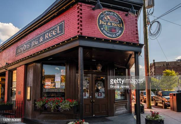 jig and reel pub in the old city - brycia james stock pictures, royalty-free photos & images