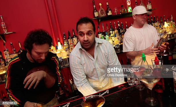 Jigs Patel looks up while feverishly making drinks with other students at the New York Bartending School December 5 2008 in New York City Enrollment...