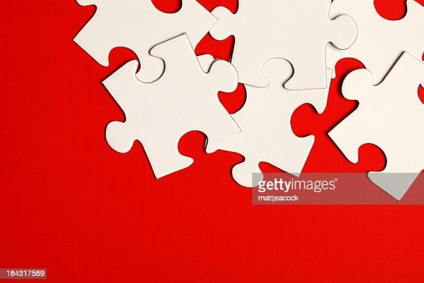 Puzzle Stücke auf rotem Hintergrund