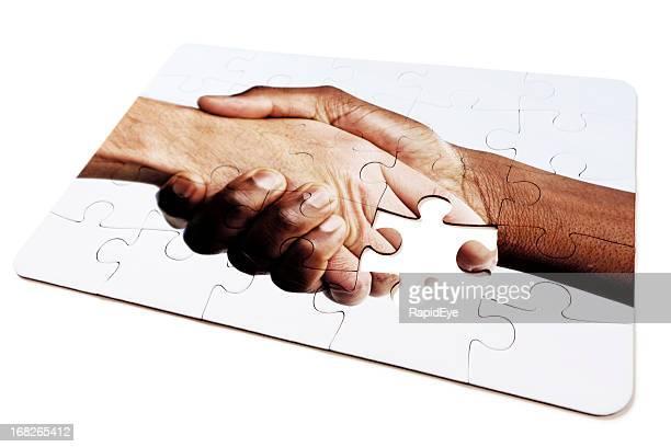 quebra-cabeça design de interracial aperto de mão, com uma peça em falta - preconceito racial imagens e fotografias de stock