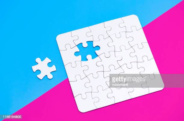 jigsaw puzzle - bicolore photos et images de collection
