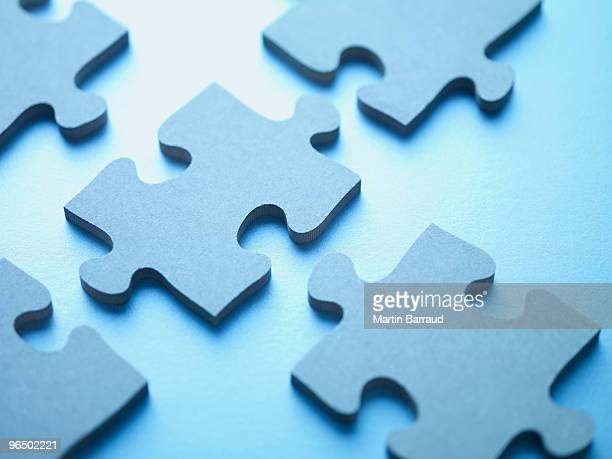 jigsaw puzzle pieces - raadsel stockfoto's en -beelden