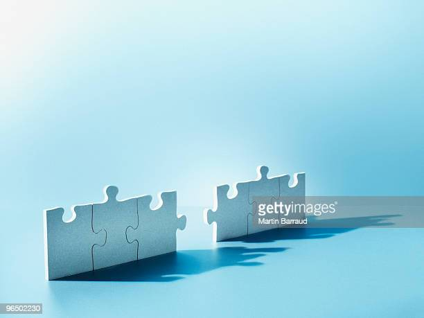 jigsaw puzzle pieces standing on end - concentratie stockfoto's en -beelden