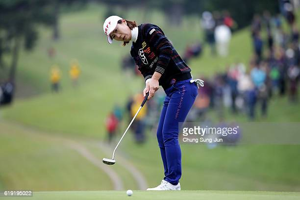 JiHee Lee of South Korea plays a putt on the 18th green during the final round of the Mitsubishi Electric/Hisako Higuchi Ladies Golf Tournament at...