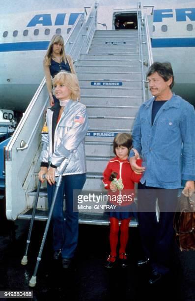 Jill Ireland et Charles Bronson accompagnés de leur fille arrivent à l'aéroport de Nice en mai 1974 en France