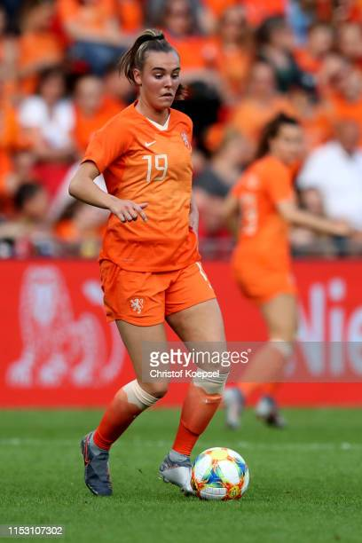 Jill Roord of Netherlands runs with the ball during the international friendly match between Netherlands Women and Australia Women at Phillips...