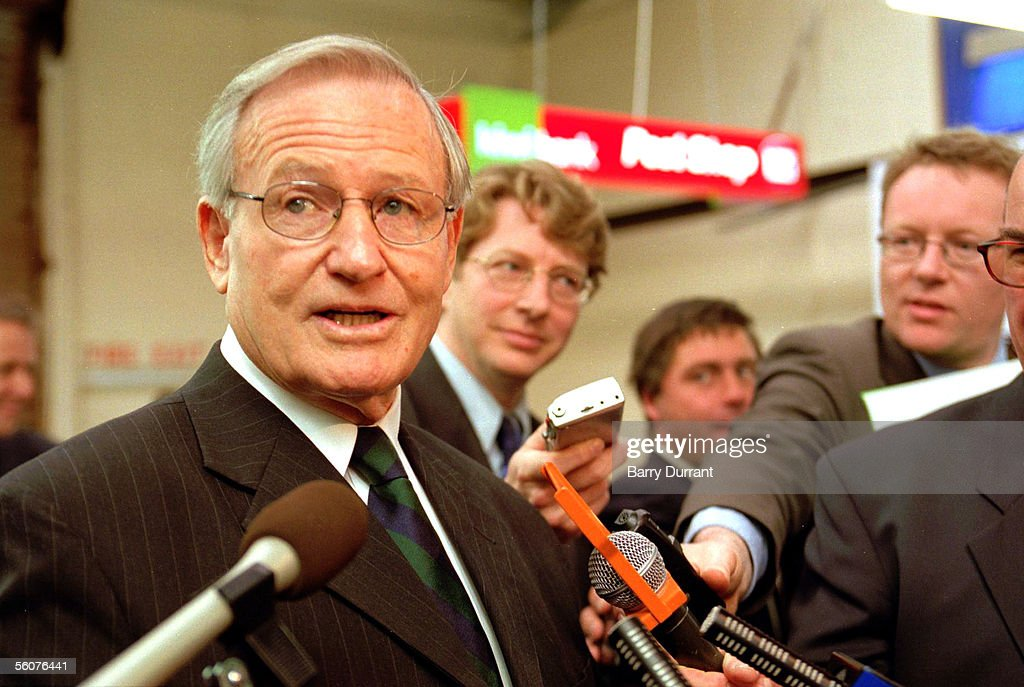 Jim Bolger, Chairman of the Kiwi Bank, talks to th : News Photo