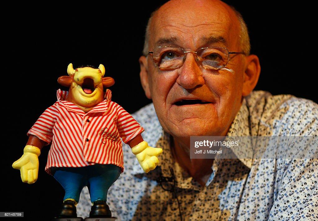 Jim Bowen Performs At Edinburgh Festival Fringe : News Photo