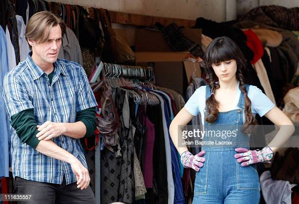 Jim Carrey and Zooey Deschanel on location for 'Yes Man' September 27 2008 in Los Angeles California