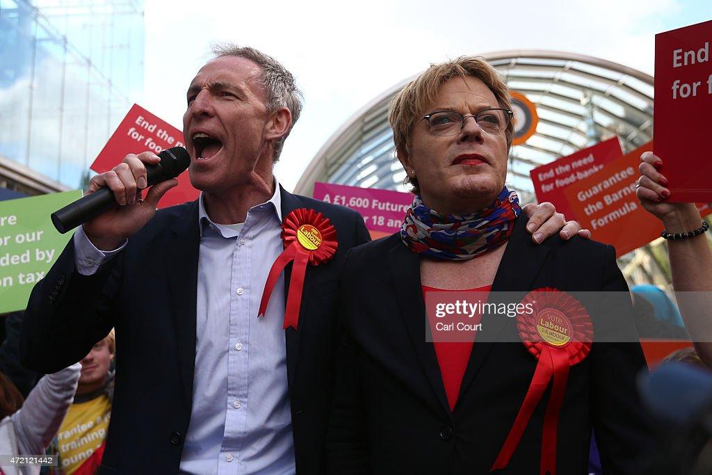 Comedian Eddie Izzard Joins Scottish Labour Leader Jim Murphy On Campaign Trail