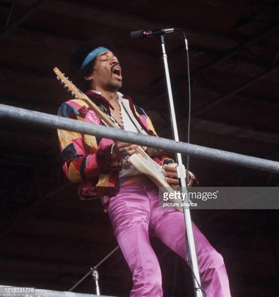 Jimi Hendrix, amerikanische Rocksänger, bei einem Auftritt auf der Ostsee-Insel Fehmarn im Jahr 1970. Der berühmte Gitarrist, der in den letzten...
