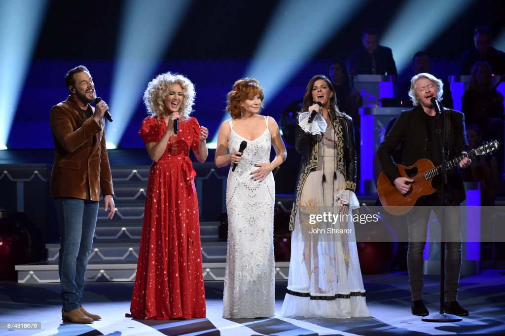 Jimi Westbrook, Kimberly Schlapman of Little Big Town, Reba McEntire, Karen Fairchild and Philip Sweet of Little Big Town perform onstage for CMA 2017 Country Christmas at The Grand Ole Opry on November 14, 2017 in Nashville, Tennessee.