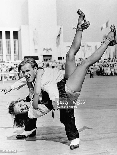 Jimmy Brennan et Tessie Fekan deux jeunes Américains ont remporté le premier prix de jitterburg lors de la fête foraine le 28 août 1940 à New York...