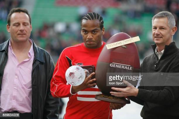 Jimmy BRIAND elu joueur du mois de Mars recoit un oeuf en chocolat 070407 Rennes / Lens 31eme Journee de Ligue 1